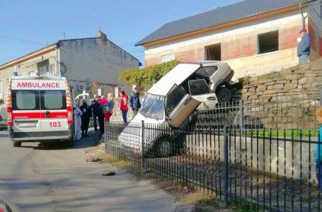 У Бучачі автомобіль з дітьми в салоні впав з муру (Фото)