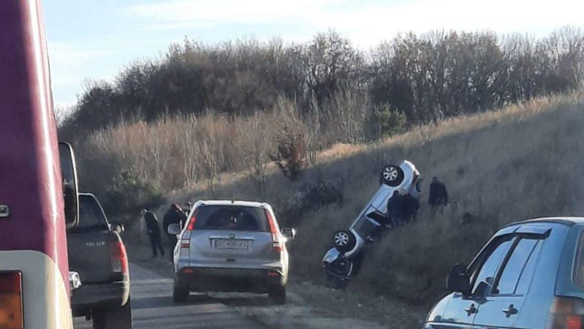 Біля Мишковичів перекинулось авто. Медики борються за життя двох дітей