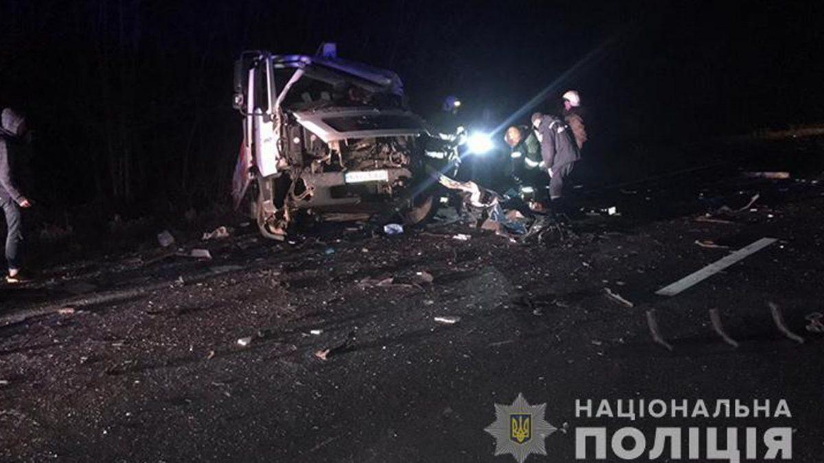 На Кременеччині бус зіткнувся з вантажівкою. Загинув водій з Рівного (Фото)