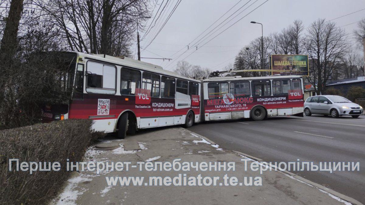 На Бандери тролейбус врізався у паркан. Рух транспорту ускладнений (Наживо/Фото)