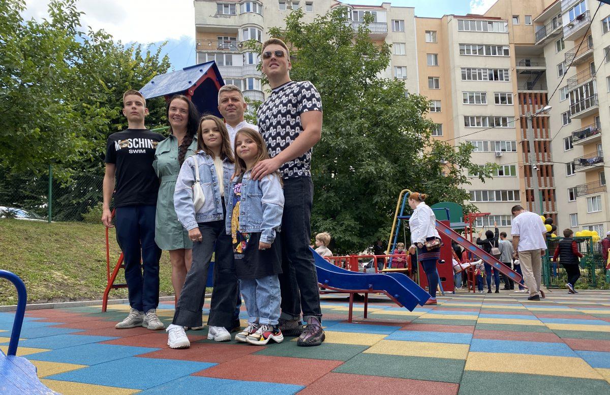 Плиткою з крихти використаних шин встелили дитмайданчик у Тернополі (Фото)