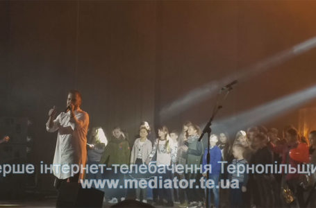 Переповнений зал і малеча на сцені. Гурт «Без обмежень» у Тернополі (Відео)