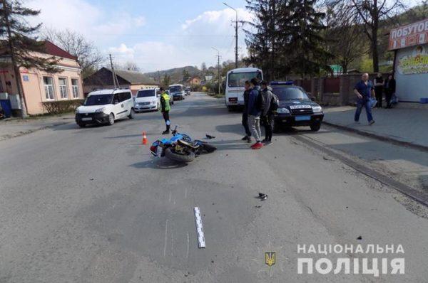 У Кременці мотоцикліст збив жінку з 2-річною дитиною