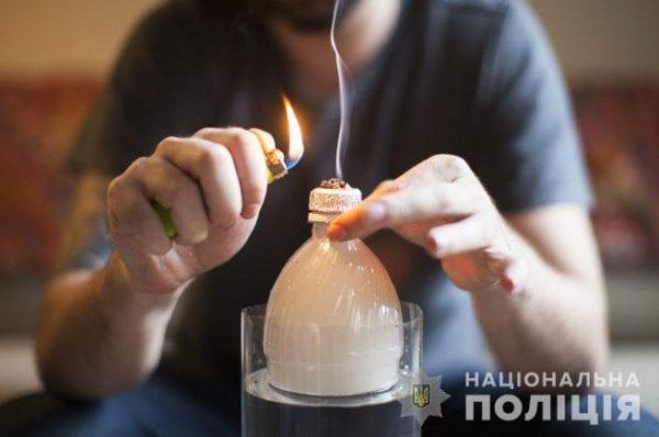 """Поки батьки на роботі закордоном, їхні діти курять """"траву"""" у тернопільському парку"""
