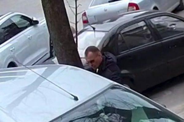 У Тернополі розшукують чоловіка, який пограбував автомобіль (Відео)