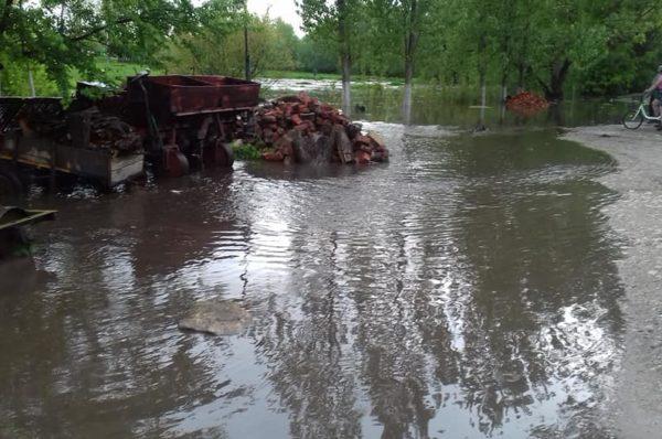 Через дощ у селі на Теребовлянщині річка затопила дорогу (Відео)