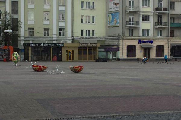 У Тернополі молодик розбив макет писанки. Перехожі не завадили (Відео)