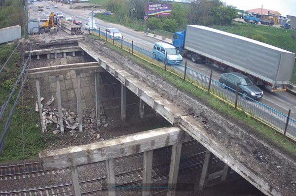 Гаївський міст, яким попри заборону курсують вантажівки, цілодобово не патрулюватимуть. Встановлено знаки