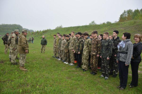 Школярі тренуються на військовому полігоні поблизу Тернополя