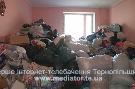 Цвіль на стінах та мішки з одягом. Тернополяни скаржаться на соціальний гардероб «ОдежиНа» (Відео)