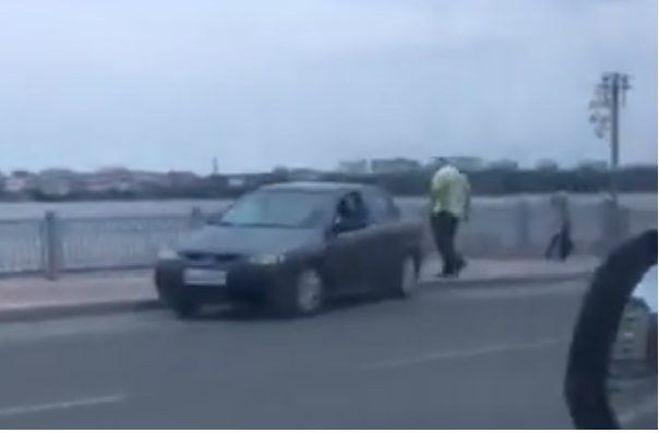 Тротуаром, поблизу Тернопільського ставу, їхала легківка. Порушника встановили (Відео)