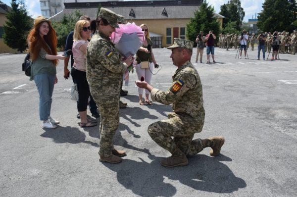 У Тернополі під час шикування військовослужбовець освідчився своїй коханій (Фото)
