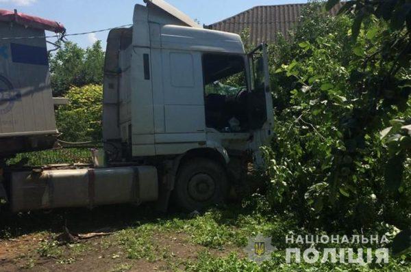 На Гусятинщині водій помер за кермом: некерована вантажівка знесла електроопору і влетіла на подвір'я