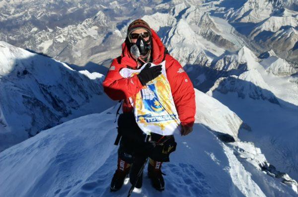 Український альпініст Віталій Козубський підкорив Еверест із зображенням гербу Тернополя у руках (Фото/Відео)