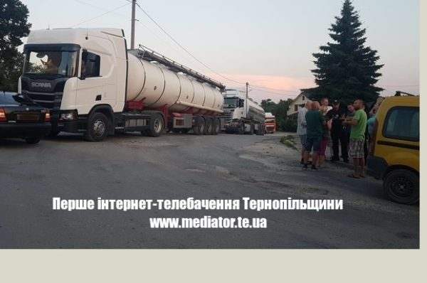 Гаївський міст перекрили – вантажівки поїхали через села: у Великих Бірках люди перекрили дорогу (Фото/Оновлюється)