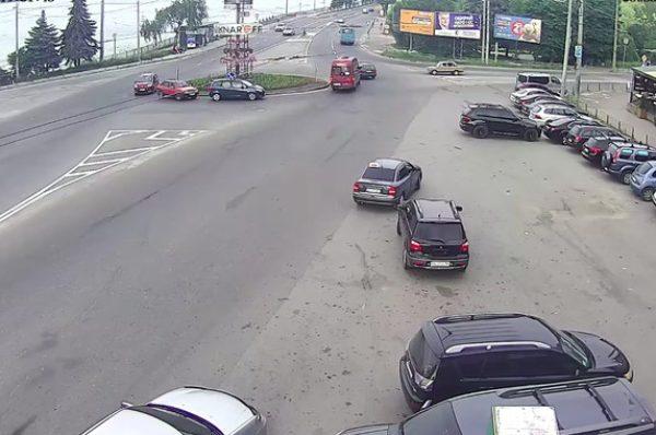 Біля Тернопільського ставу некерований автомобіль протаранив кіоск на зупинці (Відео)