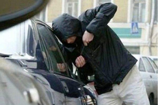 У Тернополі чоловік на очах у власника викрав з автівки майно