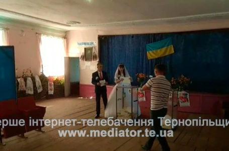 З-під вінця на вибори. На Тернопіллі голосували у весільній сукні та святковому костюмі (Фото)
