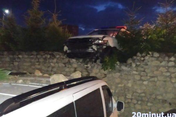 У Тернополі поліціанти в'їхали в паркан. Постраждали кілька авто (Фото)