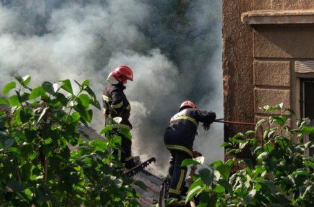 Стовп диму. У центрі Тернополя загорілась будівля (Фото)