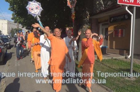 Чоловіки у помаранчевих костюмах та гучний спів «Харе Крішна». Тернополяни дивувались кришнаїтам (Відео)