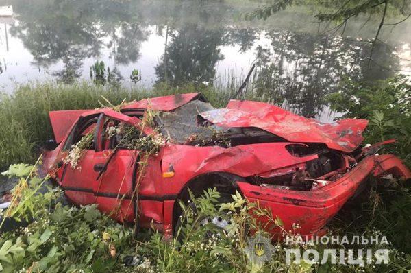 На Тернопільщині автомобіль злетів у ставок, загинула 17-тирічна пасажирка (Відео/Фото)