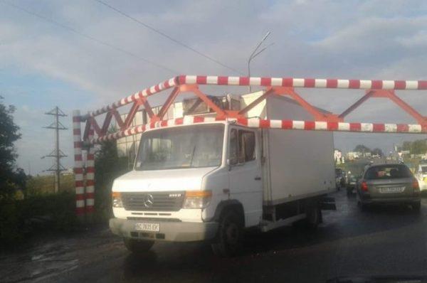 На Гаївському мості вантажівка знесла обмежувач руху, вартістю 100 тисяч гривень