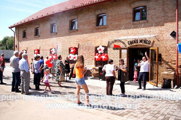 У Ланівцях на місці недіючої старовинної житниці запрацював фірмовий магазин (Відео/Фото)