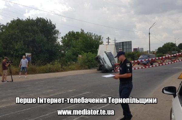 На Гаївському перехресті водій розтрощив автомобіль, в'їхавши в обмежувач руху транспорту (НАЖИВО)
