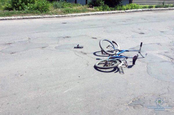 На Тернопільщині дівчинка на велосипеді в'їхала в скутер