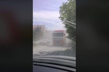 """Бережанці задихаються від пилу, який """"підносять"""" вантажівки, проїжджаючи через місто (Відео)"""