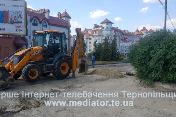 Біля костелу в Тернополі – аварія на водопроводі: дорогу перекрили (Фото)
