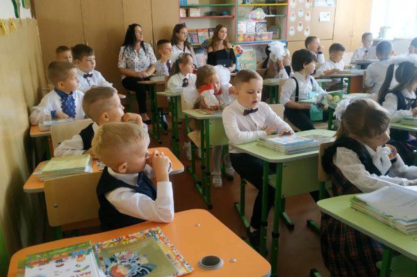 Танці з вчителями та аніматори: у школах Тернополя пролунав перший дзвоник (Відео)