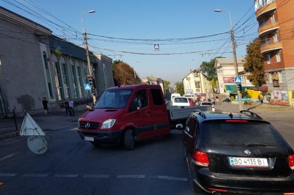 На Бандери затори через ремонт. Тернополяни йдуть пішки (Фото)