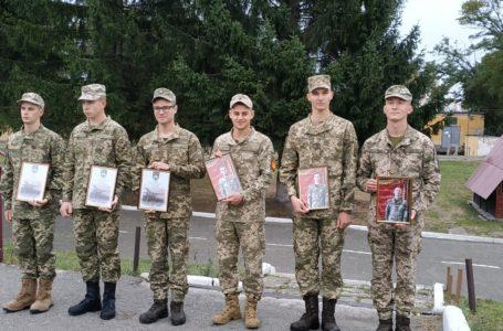 Змужнілі та щасливі. У Тернополі звільнили в запас зі строкової служби шістьох солдатів (Відео)