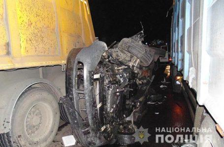 У ДТП на Тернопільщині легковий автомобіль затиснуло між двома вантажівками (Фото)