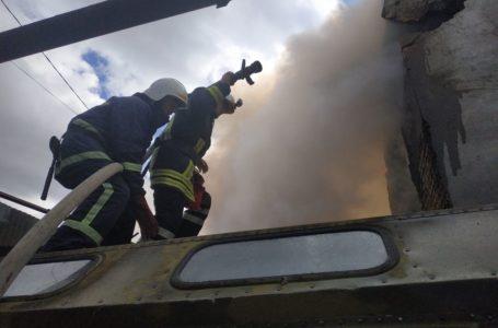 На Лук'яновича, поруч з нафтобазою, горить склад (ФОТО)