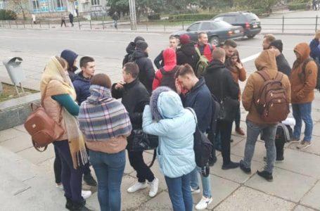 Під Тернопільською ОДА пікетують студенти-медики (Наживо)