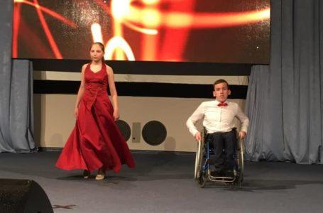 Тернополяни зворушили вальсом на фестивалі для людей з інвалідністю (Відео)