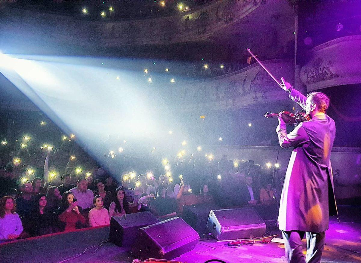 Гра на біс і порваний смичок: драйвовий концерт Олександра Божика – у Тернополі (Відео)