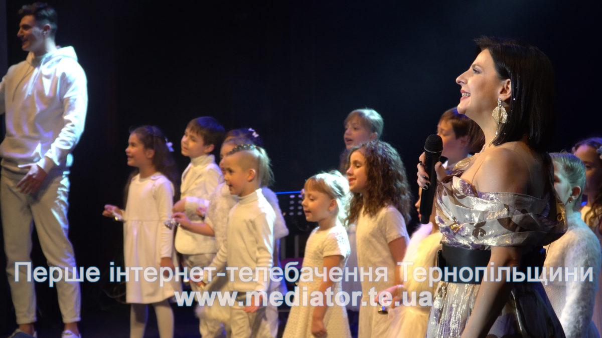 Оксана Муха колядувала з усім залом у Тернопільському драматичному театрі (Відео)