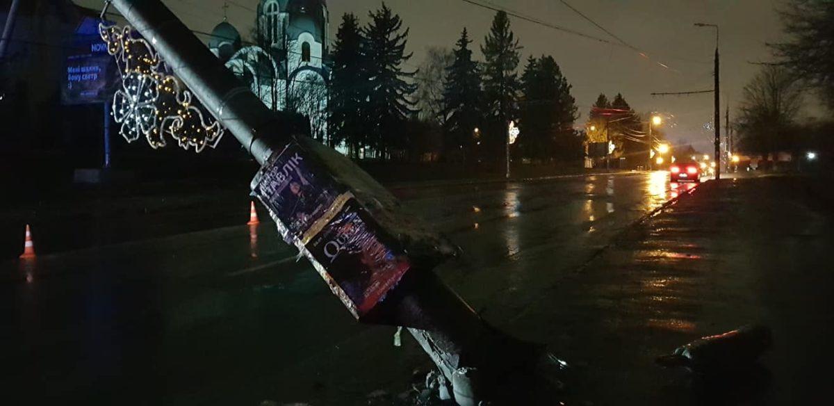 На Бандери автівка збила електроопору. Частина вулиці перекрита (Фото)